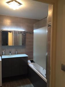 A bathroom at Cite Espace Apartment
