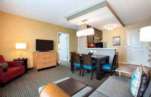 A seating area at TownePlace Suites Orlando at FLAMINGO CROSSINGS® Town Center/Western Entrance