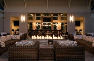 The lounge or bar area at TownePlace Suites Orlando at FLAMINGO CROSSINGS® Town Center/Western Entrance