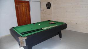 Ein Billardtisch in der Unterkunft Chalupa u Porubäna