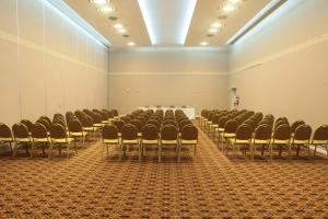The business area and/or conference room at Howard Johnson Rio Cuarto Hotel y Casino