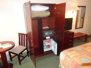 Телевизор и/или развлекательный центр в Hotel Diego de Almagro Los Angeles
