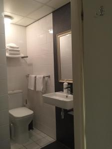 A bathroom at France Hotel