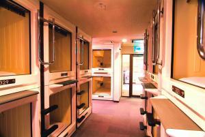 Tempat tidur susun dalam kamar di Capsule Hotel & Sauna Ikebukuro Plaza