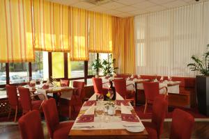 A restaurant or other place to eat at AMBER ECONTEL Berlin Charlottenburg
