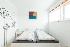 Łóżko lub łóżka w pokoju w obiekcie Eysturland Lodge