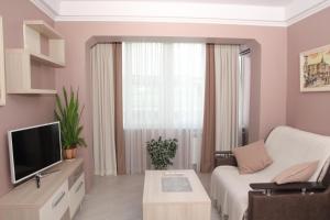 The lounge or bar area at Apartment Obolonskiy prospekt 31