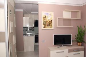 A kitchen or kitchenette at Apartment Obolonskiy prospekt 31