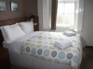 A bed or beds in a room at Edinburgh House Hotel