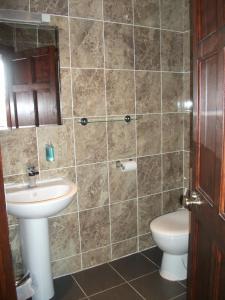 A bathroom at Edinburgh House Hotel