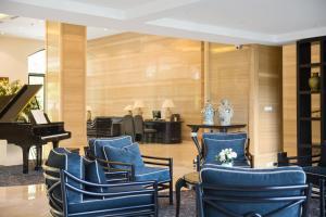 A restaurant or other place to eat at Elegant Suites Westlake