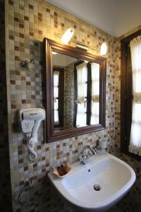 A bathroom at Boutique Hotel Muzaka (Historic Center)