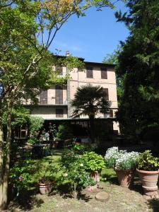 A garden outside Hotel Moderno
