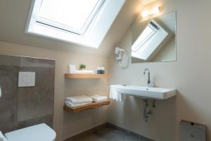 A bathroom at Leut koffiebar & logies