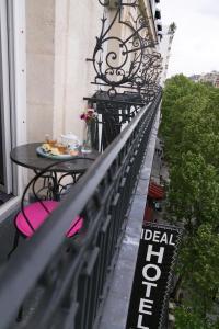 Uma varanda ou terraço em Idéal Hôtel Design