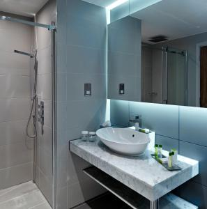 A bathroom at DoubleTree by Hilton Lincoln