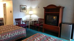A room at Traveler's Uptown Motel