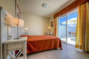 A bed or beds in a room at Apartamentos Piedramar