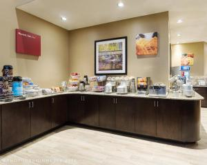 A restaurant or other place to eat at Comfort Suites