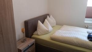 Ein Bett oder Betten in einem Zimmer der Unterkunft Hotel Deutsches Haus Francop
