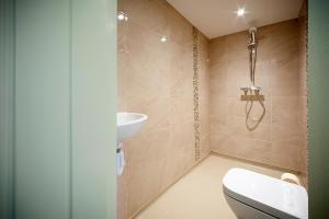 A bathroom at King William