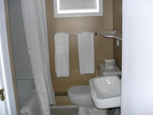 A bathroom at Hilltop Motel & Restaurant