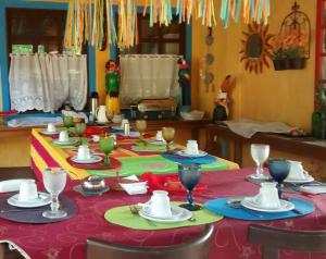 Um restaurante ou outro lugar para comer em Pousada Vila Santapipa