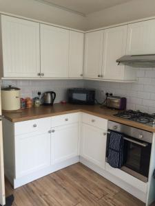 A kitchen or kitchenette at Bangor Base near Snowdonia Zip World-3 bed Apartment