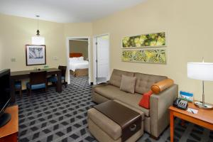 A seating area at TownePlace Suites San Jose Cupertino