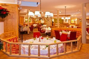 A restaurant or other place to eat at Hotel Kaiserhof Kitzbühel, 4 Sterne Superior