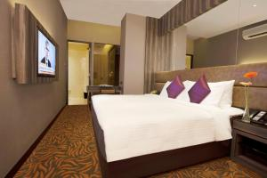 A bed or beds in a room at Aqueen Hotel Paya Lebar (SG Clean, Staycation Approved)