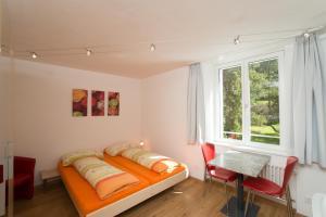 Ein Sitzbereich in der Unterkunft Chesa Quadrella jedes Zimmer mit Küchenzeile