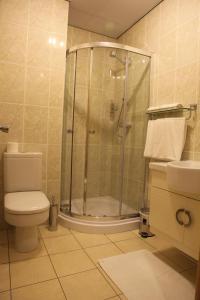 A bathroom at Cambridge Hotel