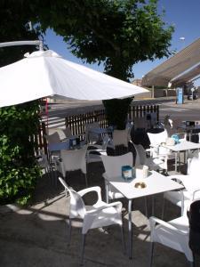 Un restaurante o sitio para comer en Hostal Salones Victoria
