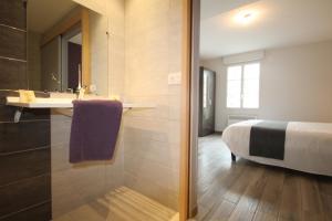 A bathroom at Auberge de la Cloche