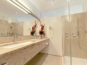 Ein Badezimmer in der Unterkunft Hotel Garni in der Breite