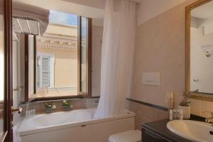 A bathroom at Atlante Garden Hotel