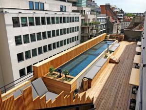 Vue sur la piscine de l'établissement Jam Hotel ou sur une piscine à proximité