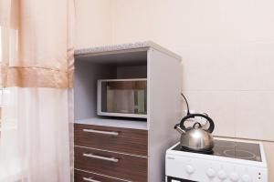 Кухня или мини-кухня в Apartment on Hohryakova 74, 1 room flat