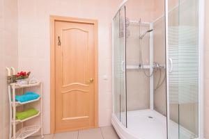 Ванная комната в Apartment on Hohryakova 74, 1 room flat