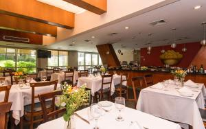 A restaurant or other place to eat at Transamerica Executive Perdizes