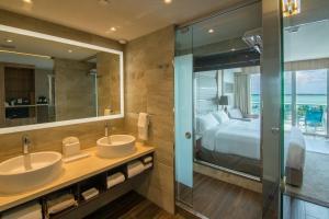 Salle de bains dans l'établissement Hilton at Resorts World Bimini
