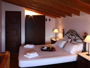Ένα ή περισσότερα κρεβάτια σε δωμάτιο στο Kekrifalia Hotel