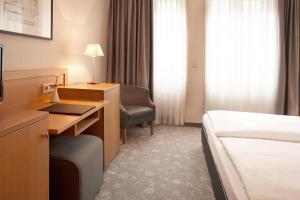 Ein Bett oder Betten in einem Zimmer der Unterkunft TOWNHOUSE Hotel