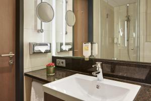 A bathroom at InterCityHotel Darmstadt
