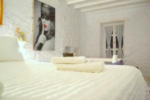 A bed or beds in a room at Apsenti couples only - Mykonos