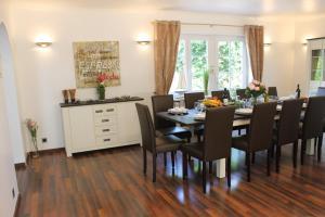 Ein Restaurant oder anderes Speiselokal in der Unterkunft Ferienhaus Nadja