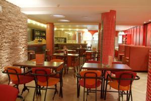 Un restaurante o sitio para comer en Hotel Cabañas