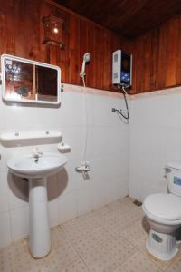 A bathroom at Cat Ba Sandy Beach Resort
