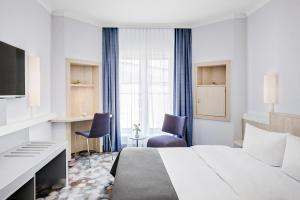 A bed or beds in a room at IntercityHotel Rostock